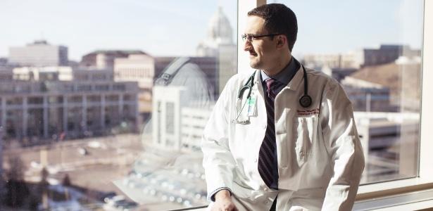 O médico sírio Naeem Moulki em hospital em Minneapolis