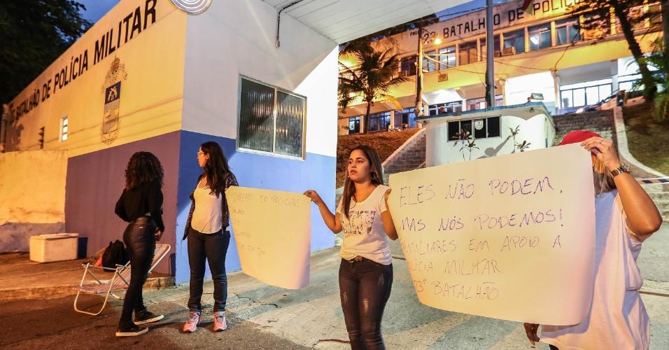 10.fev.2017 - Parentes de policiais militares tentam bloquear saída em batalhão da PM no Leblon, zona sul do Rio