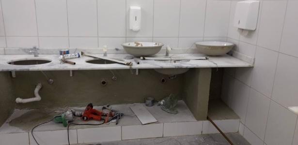 Cubas foram retiradas em um dos banheiros danificados