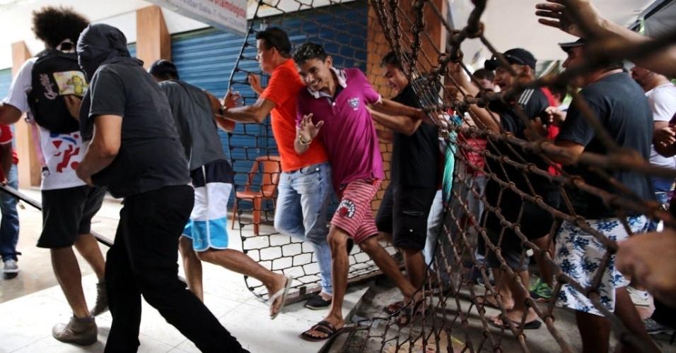 28.bar.2017 - Um grupo de manifestantes estourou os portões que dão acesso a uma galeria de lojas no centro de Fortaleza, nesta sexta-feira, durante protestos contra as reformas trabalhista e da Previdência