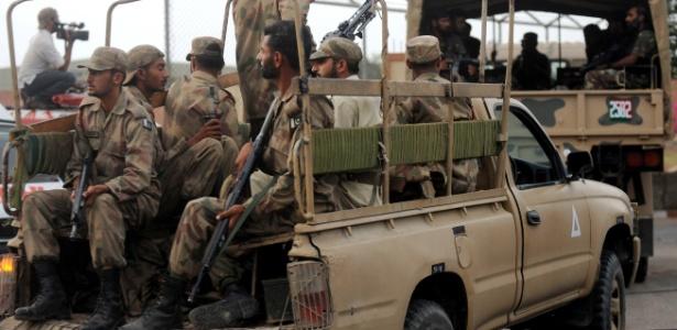 Soldados paquistaneses vão em direção a base aérea naval do Paquistão