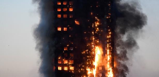 14.jun.2017 - Chamas atingem edifício Grenfell no oeste de Londres