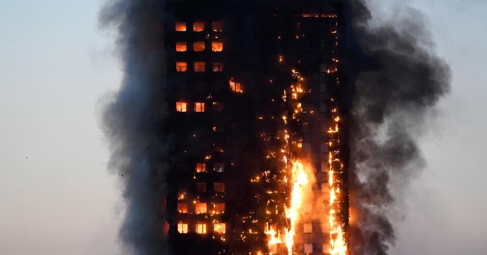 14.jun.2017 - Chamas atingem edifício de apartamentos no oeste de Londres