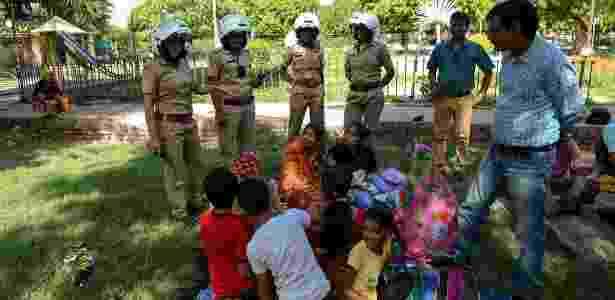 14.jun.2017 - Policiais da unidade feminina explicam para famílias sobre a nova linha telefônica para atendimento de mulheres, em parque em Jaipur, na Índia - Chandan Khanna/AFP - Chandan Khanna/AFP