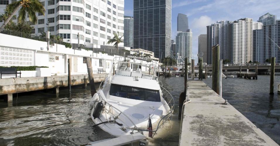 11.set.2017 -  Barco fica parcialmente submerso após a passagem do furacão Irma por Miami, Flórida (EUA)