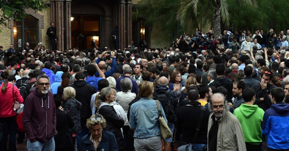 1.out.2017 - Pessoas aguardam a abertura de um local de votação em Barcelona, mesmo tendo sido o referendo sobre a independência da Catalunha proibido pelo governo espanhol
