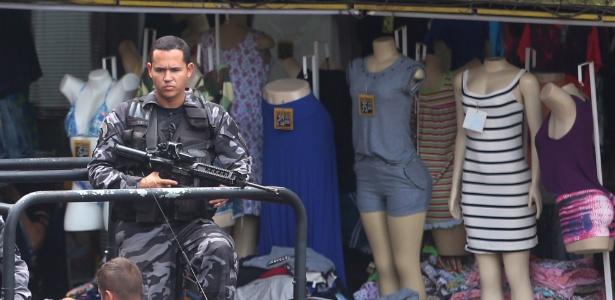 2.out.2017 - PMs reforçam segurança na Rocinha após retirada das Forças Armadas