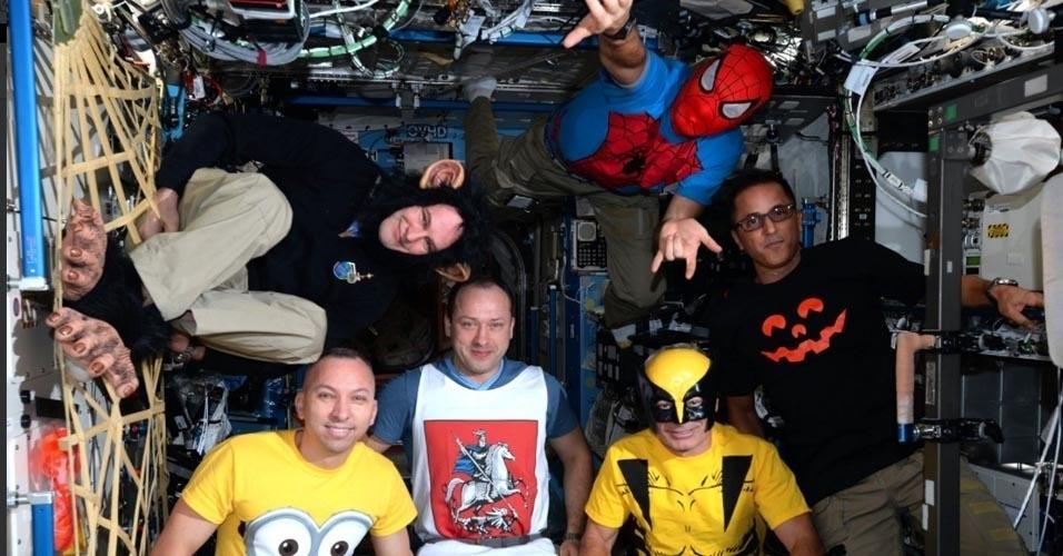 HALLOWEEN NO ESPAÇO - Vestidos de super-heróis, astrônomos comemoram Dia das Bruxas com os efeitos especiais da gravidade zero direto da Estação Espacial Internacional