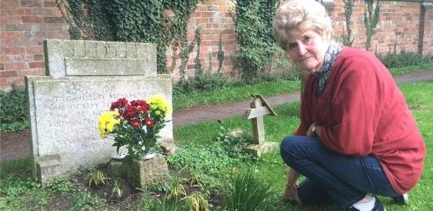 Ann Kear havia tentado de tudo para identificar quem era o estranho que visitava o túmulo de seu irmão