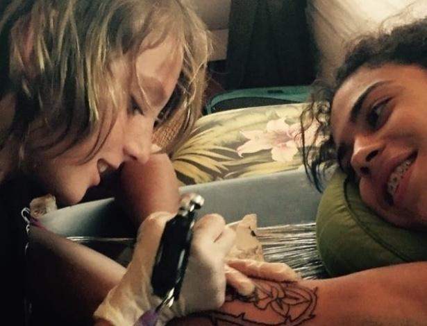 Ezrah Dormon já aprendeu a desenhar rosas, panteras, andorinhas e tubarões e quer aprimorar suas técnicas para ser um tatuador profissional - Reprodução/@eztheshark