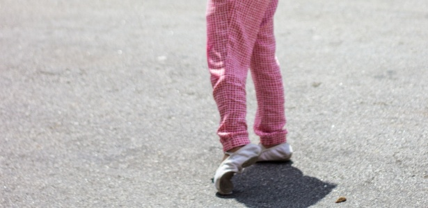 Visitante caminha no Museu da Empatia; o objetivo é ter contato com a história de um desconhecido - os sapatos desta foto não correspondem, necessariamente, com a autora deste depoimento