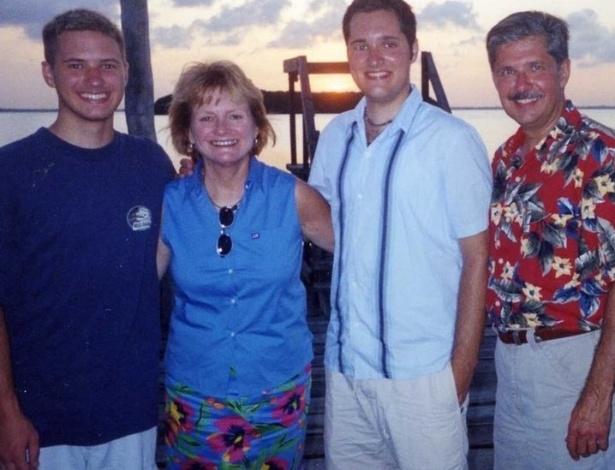 """Da esquerda para direita, Kevin, Patricia, Thomas """"Bart"""" (que matou os dois primeiros e foi beneficiado pela substituição de pena nesta 5ª) e Kent Whitaker, o pai, que sobreviveu - Kent Withaker/Arquivo pessoal"""