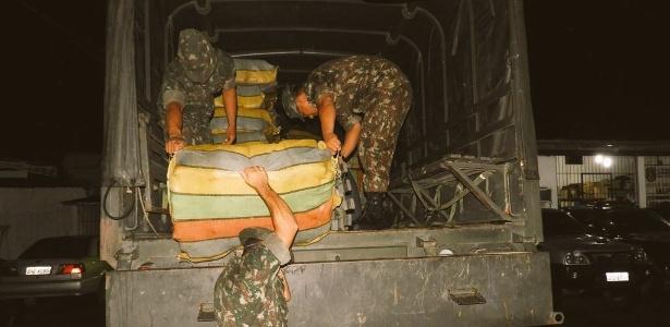 Militares descarregam maconha apreendida na fronteira entre Brasil e Colômbia