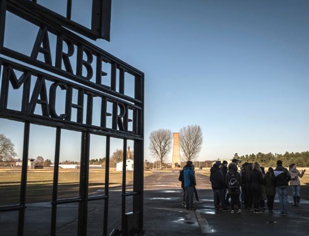Estudantes de Berlim visitam o Memorial Nacional Sachsenhausen, em Oranienburg, na Alemanha