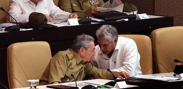 Presidente cubano, Raúl Castro, e o vice  Miguel Díaz Canel Bermúdez, que deve assumir a presidência em abril - Xinhua/Joaquín Hernández