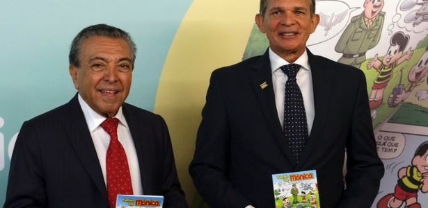 O Ministro da Defesa, Joaquim Silva e Luna e o escritor Mauricio de Souza durante o lançamento