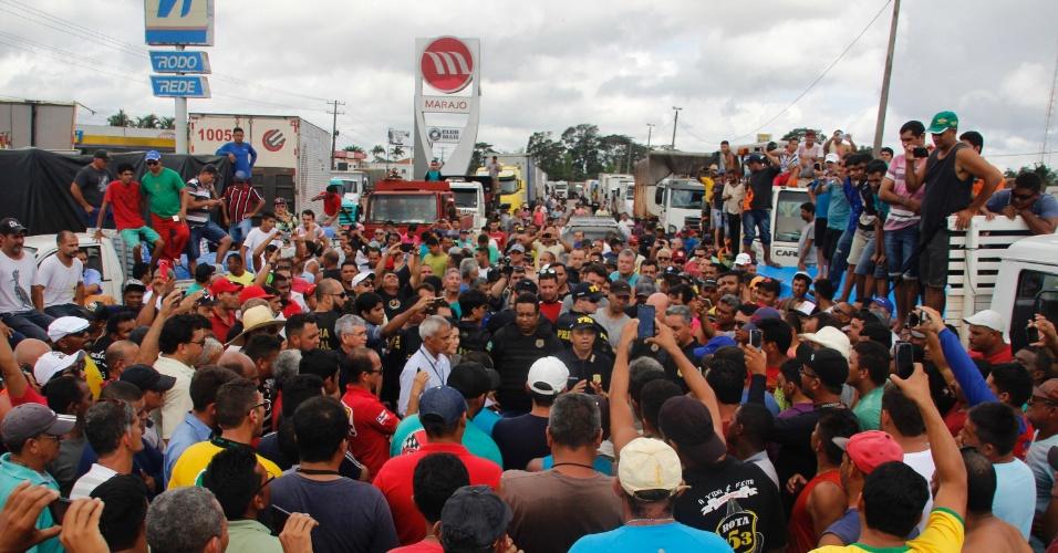 O protesto dos caminhoneiros autônomos no Pará chega ao terceiro dia nesta quarta-feira (23), no km 23 da rodovia BR-316, em Benevides, região metropolitana de Belém (PA). O bloqueio é realizado próximo à entrada para o distrito de Mosqueiro, nos dois sentidos da via, onde ocorrem interdições parciais
