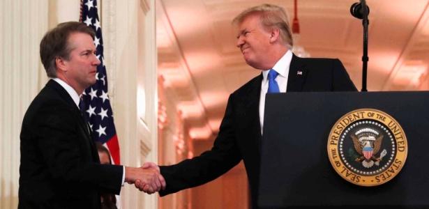 Brett Kavanaugh é cumprimentado pelo presidente Donald Trump