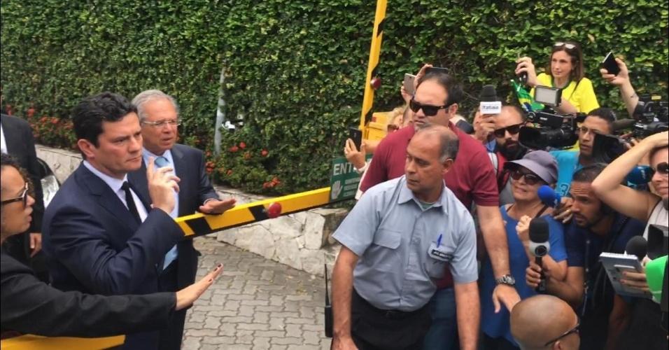 01.nov.2018 - Juiz Sergio Moro e economista Paulo Guedes desistiram de falar com a imprensa após reunião com Jair Bolsonaro (PSL) por confusão