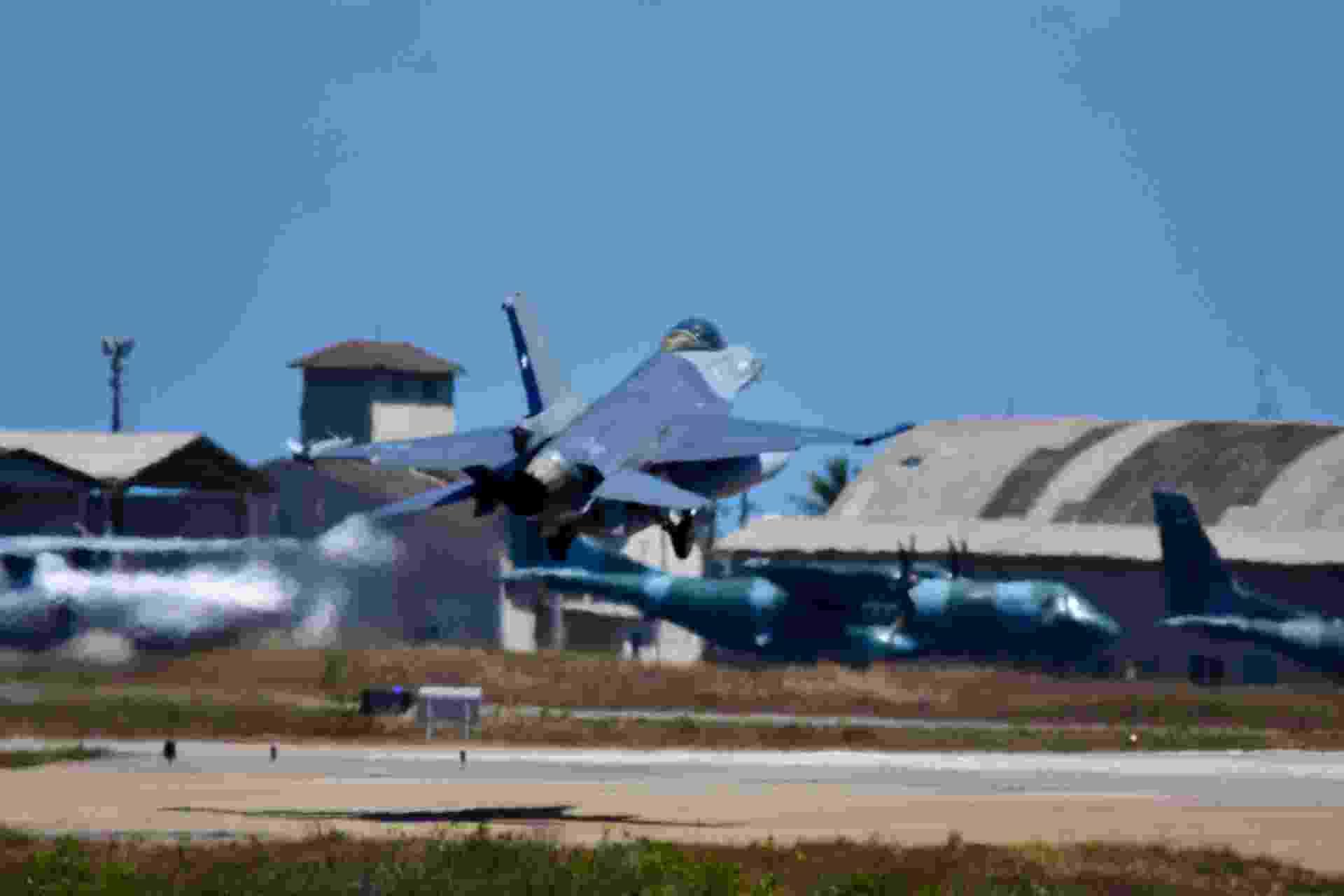 Avião americano decola de base aérea em Natal durante exercício internacional - VITORINO JUNIOR/PHOTOPRESS
