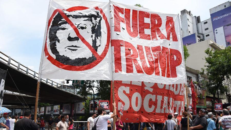 Manifestantes protestam contra o presidente dos EUA, Donald Trump, durante a abertura do G20 em Buenos Aires - MARTIN BERNETTI/AFP