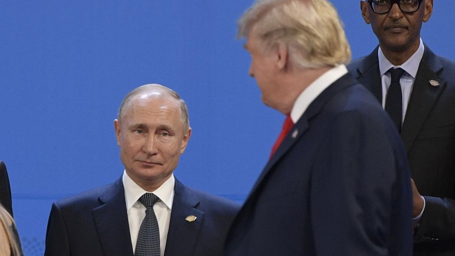 O presidente dos EUA, Donald Trump e o líder russo Vladimir Putin durante a cermônia para a foto oficial do G20 - JUAN MABROMATA/AFP