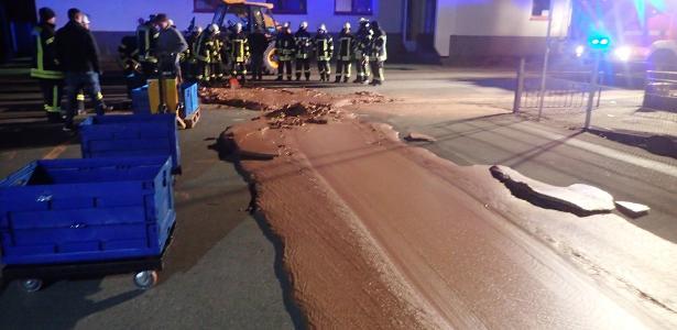 10.dez.2018 - Um tanque de uma fábrica de chocolate transbordou e inundou uma rua em Werl, na Alemanha