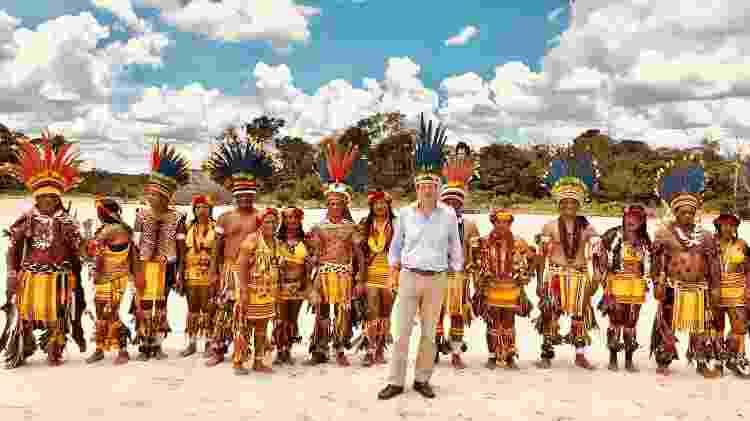 Ministro do Meio Ambiente Ricardo Salles posa para foto com indígenas parecis, no Mato Grosso - Reprodução