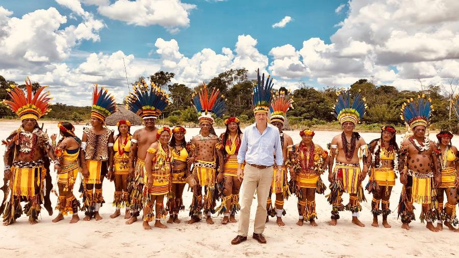 Ministro do Meio Ambiente, Ricardo Salles posa para foto com indígenas parecis, no Mato Grosso - Reprodução