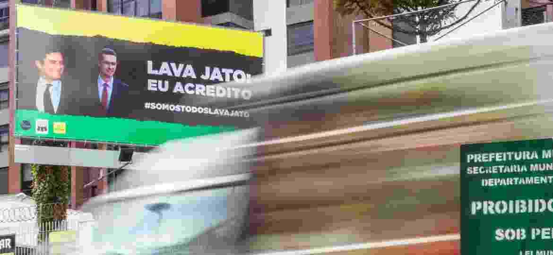 Outdoors com fotos de Moro e Dallagnol aparecem espalhados em bairros de classe média em Curitiba - Theo Marques/UOL