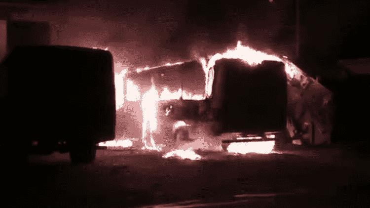 Dois ônibus escolares foram incendiados na porta da prefeitura de Jucás, no Ceará - Reprodução
