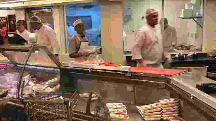 Seção de carnes aguarda reposição, fato inédito: reforço de funcionários - Foto: Paulo Sampaio/UOL