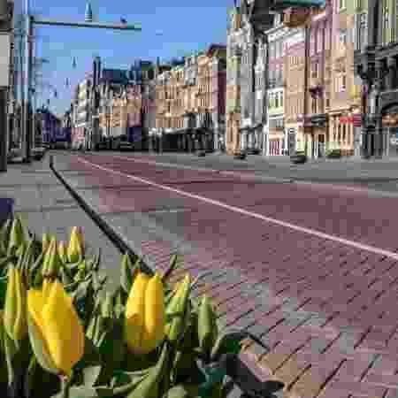 A Holanda não adotou confinamento rígido e a infecção está se espalhando rapidamente - Getty Images via BBC