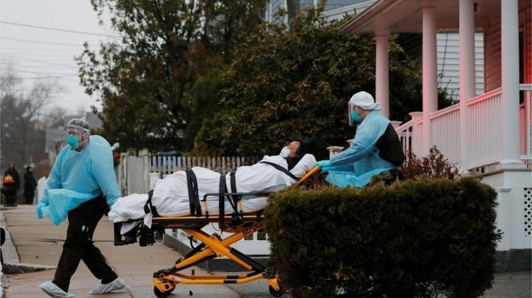 EUA se converteram no novo epicentro global da doença no mundo; cada quatro infectados, um está no país: são mais de 400 mil contaminados e 15 mil mortos - Bryan Snider/Reuters