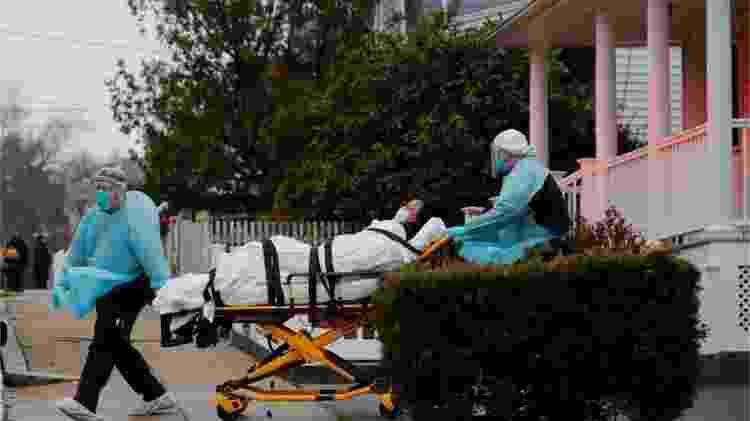 Equipe de emergência leva paciente de covid-19 em Boston - Bryan Snider/Reuters - Bryan Snider/Reuters