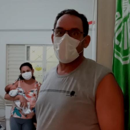 Renato Marcos Ramos, a mulher e o filho recém-nascido, Pedro, que nasceu quando ele estava internado com coronavírus - Arquivo pessoal