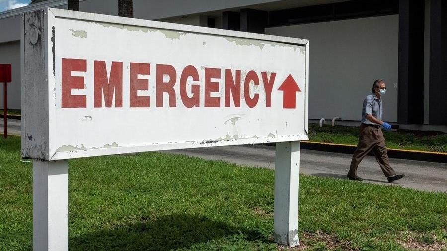 """Placa mostra a palavra """"emergência"""", em inglês - Cristobal Herrera/EFE/EPA"""