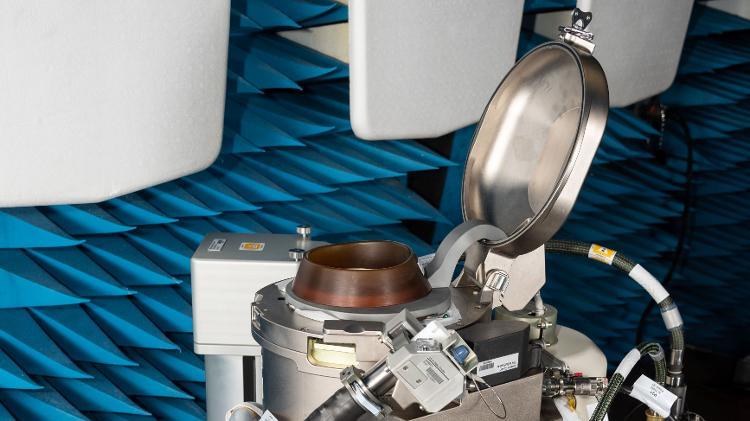 Estrutura do novo banheiro que será usados por astronautas na ISS: detalhe para o assento e a tampa dele - James Blair/Nasa - James Blair/Nasa