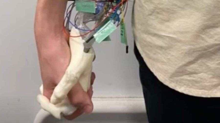 Namorada robótica: mão desenvolvida em universidade do Japão sua e solta perfume - Reprodução