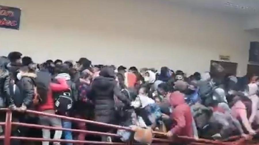 A grade de proteção se rompeu e estudantes caíram no vão livre na Universidade Pública de El Alto, na Bolívia - Reprodução/Redes Sociais