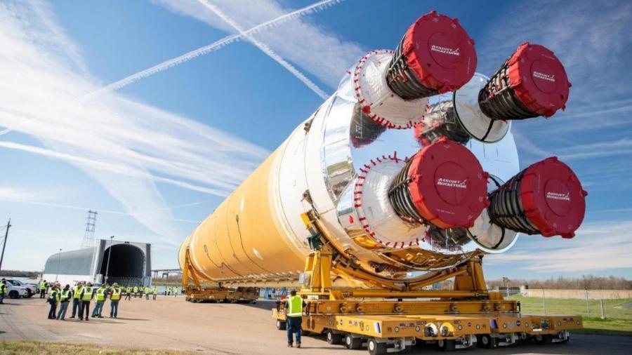 Primeiro estágio do foguete SLS sendo transportado de Nova Orleans para o Mississippi para testes - Nasa
