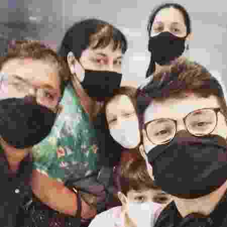 Lucas Santana com os pais, irmã e sobrinhos na despedida do Brasil - Arquivo pessoal - Arquivo pessoal