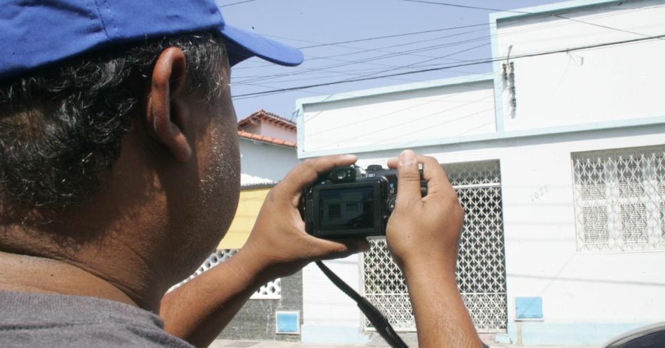 Homem fotografa casa alugada na rua 25 de Março por bandidos para construir túnel até o Banco Central de Fortaleza, no Ceará. O assalto foi realizado em 2005 e curiosos ainda vão até o local para fotografar a casa onde os ladrões desenvolveram o plano
