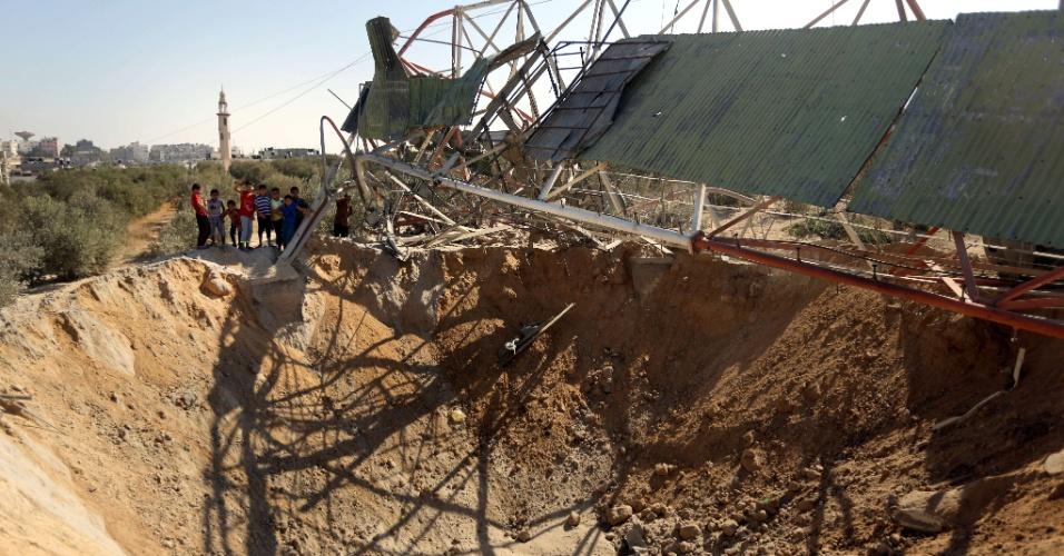 19.set.2015 - Palestinos observam neste sábado (19) os danos causados por um ataque aéreo israelense em Beit Hanun, na Faixa de Gaza, realizado durante a madrugada. Israel bombardeou Gaza depois que dois foguetes foram disparados contra o sul de Israel por militantes do Hamas, sem causar vítimas