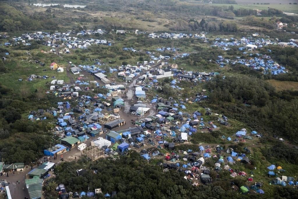 18.out.2015 - Vista aérea do acampamento improvisado para refugiados em Calais, na França. Mais de 3.000 pessoas vivem no acampamento, de acordo com organizações não-governamentais. Os refugiados esperam a oportunidade para seguir para a Grã-Bretanha