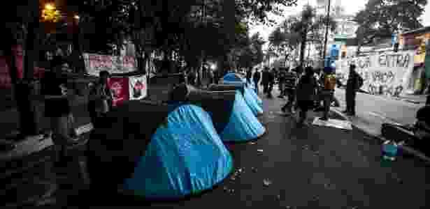11.nov.2015 - Grupo que apoia a ocupação da escola fez vigília na noite de terça para quarta-feira. - Lucas Lima/UOL