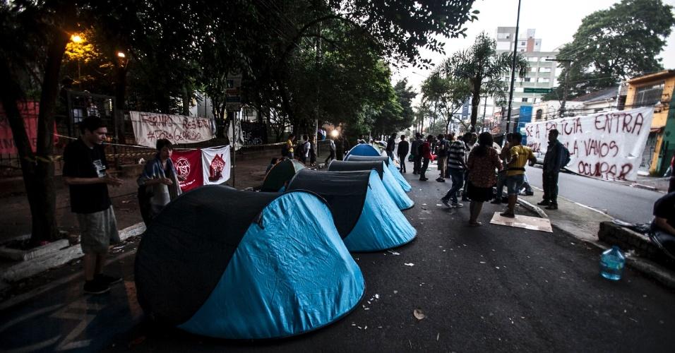 11.nov.2015 - Grupo que apoia a ocupação da escola estadual Fernão Dias fez vigília na noite de terça para quarta-feira. Eles acamparam na avenida Pedroso de Moraes, na zona oeste de São Paulo