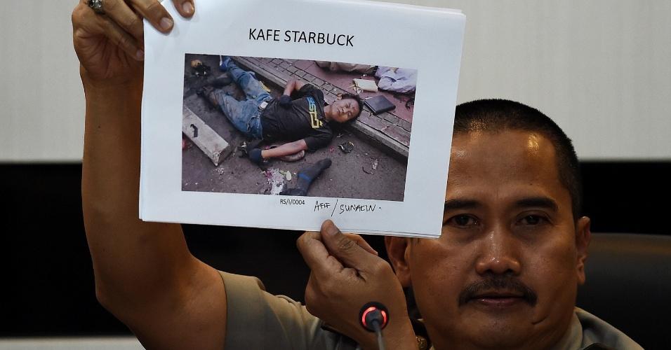 16.jan.2016 - Chefe da divisão médica da polícia de Jacarta, na Indonésia, exibiu, neste sábado, a fotografia de Afif, também conhecido como Sunakin, que teria iniciaodo o ataque, que matou sete pessoas, ao explodir a si mesmo na última quinta (14)