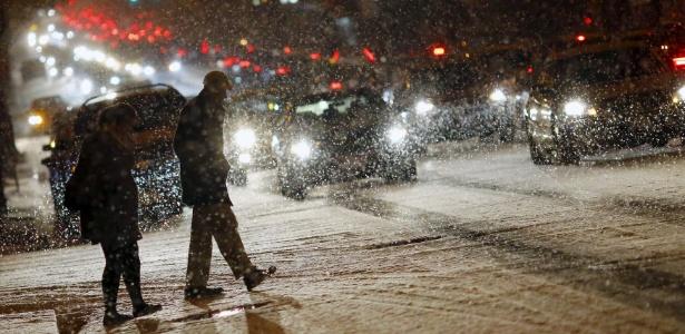 Pedestres caminham sob forte neve em Washington, nos Estados Unidos - Carlos Barria/Reuters