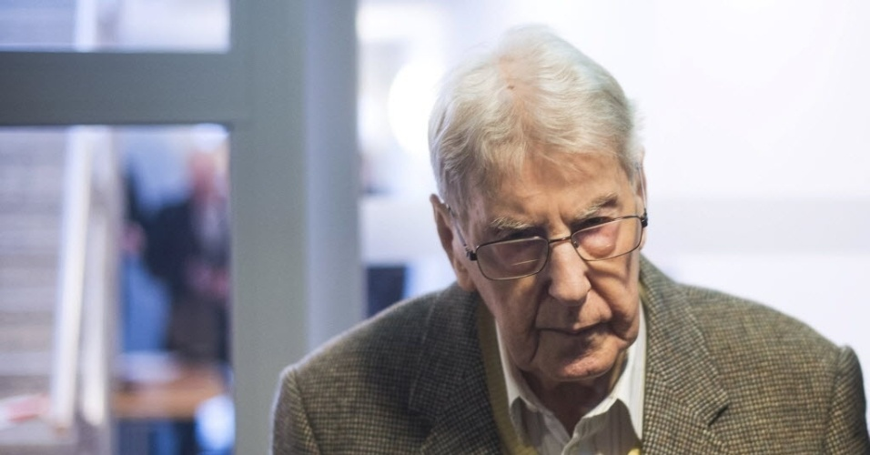 11.fev.2016 - Reinhold H., 94, antigo guarda do campo de concentração nazista de Auschwitz, na Polônia, chega ao tribunal para seu julgamento, em Detmold, Alemanha. Reinhold H. é acusado de ter participado dos assassinatos nazistas durante a Segunda Guerra Mundial (1939-1945)